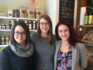 Trois jeunes femmes débordantes d'idées créatives.
