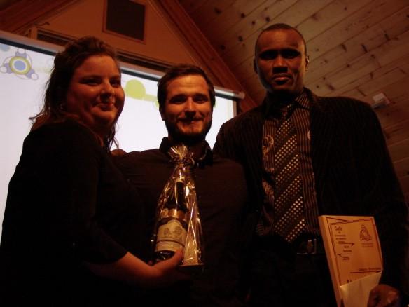 Notre lauréat en compagnie de deux représentants de la Table jeunesse de La Matanie. Photo: Éric Lévesque