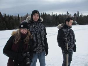 Pour Jérémy Fontaine (centre), cette journée a été l'occasion de réaliser un rêve: celui de pêcher sur la glace! Photo: Marie-Claude Soucy