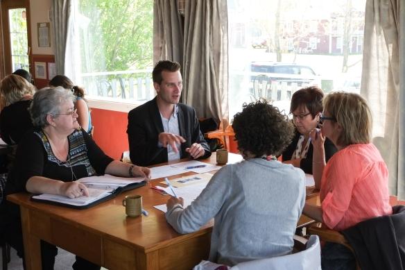 Échanges en sous-groupes. Ici, le groupe trouve des solutions pour mieux attirer et retenir les personnes retraitées dans notre région.